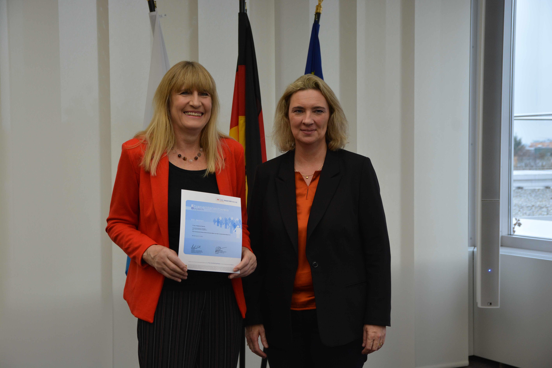 Helene Heine wird für Ihr Engagement im VAMV ausgezeichnet